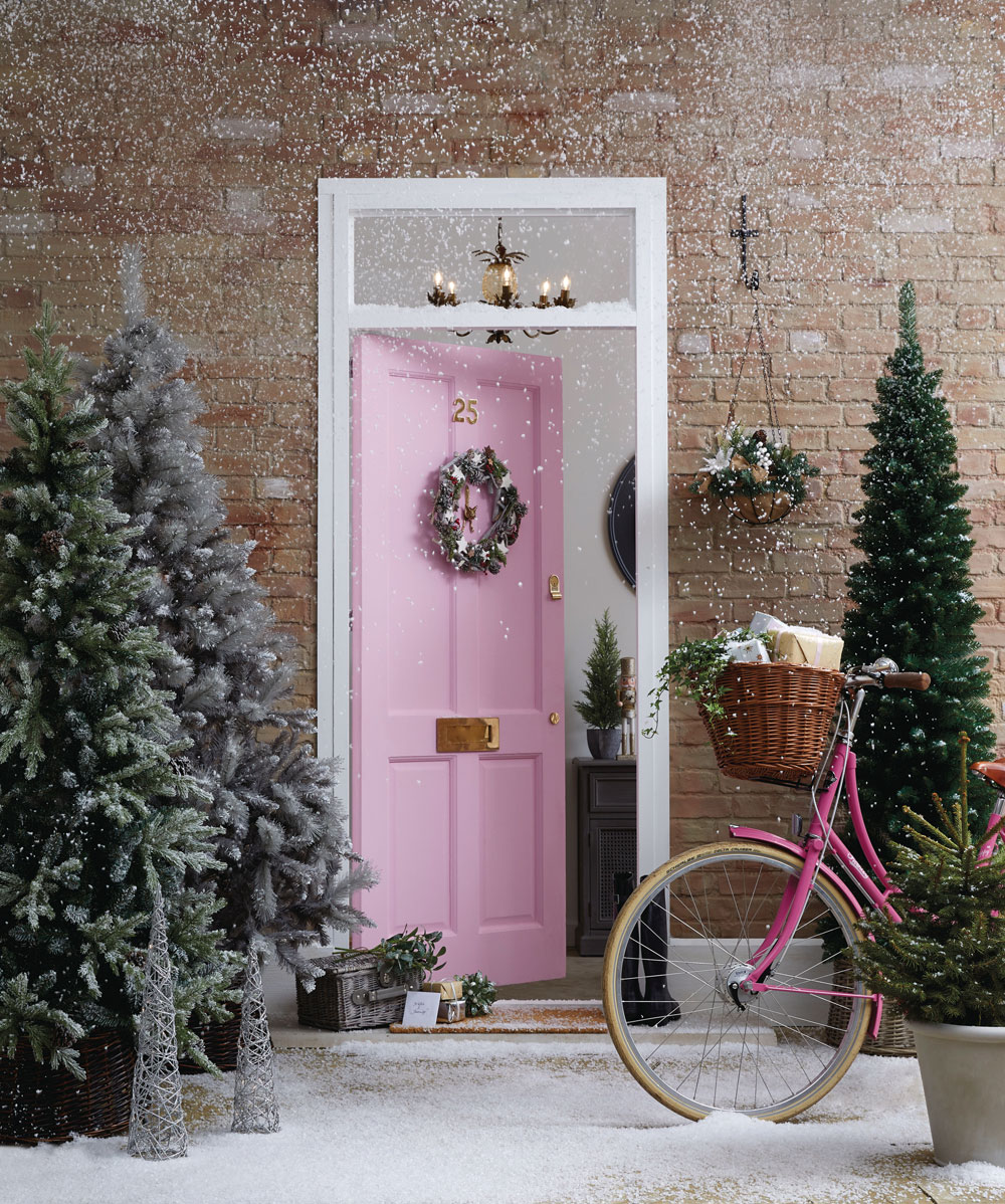 Looking for budget Christmas decorations to deck your home out this festive season? Look no further. In today's post, I'm sharing seven of the best shops on the high street to buy cheap Christmas decorations, from tree decorations, to Christmas Eve boxes, to Christmas dinnerware. Click through for some last minute simple holiday decorating ideas #budgetchristmas #cheapchristmas #christmasdecor