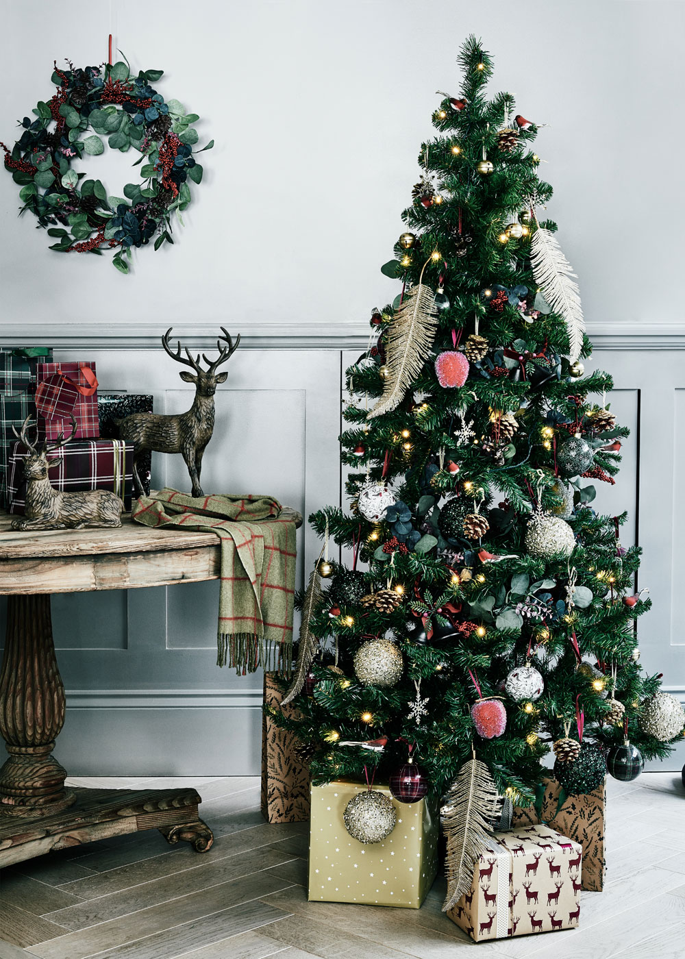 Looking for budget Christmas decorations to deck your home out this festive season? Look no further. In today's post, I'm sharing seven of the best shops on the high street to buy cheap Christmas decorations, from tree decorations, to Christmas Eve boxes, to Christmas dinnerware. Click through for some last minute simple holiday decorating ideas from Sainsbury's #budgetchristmas #cheapchristmas #christmasdecor